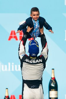 Sébastien Buemi, Nissan e.Dams, lifts his son on the podium