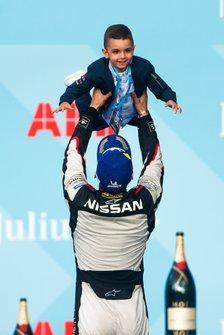 Sébastien Buemi, Nissan e.Dams, avec son fils sur le podium