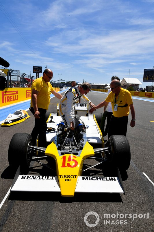 El reencuentro de Jean-Pierre Jabouille y su Renault RS10 ganador del GP de Francia de 1979