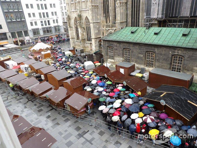 Tausende Menschen sind gekommen, ...