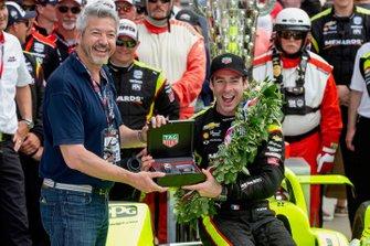 Le vainqueur Simon Pagenaud, Team Penske Chevrolet reçoit une montre