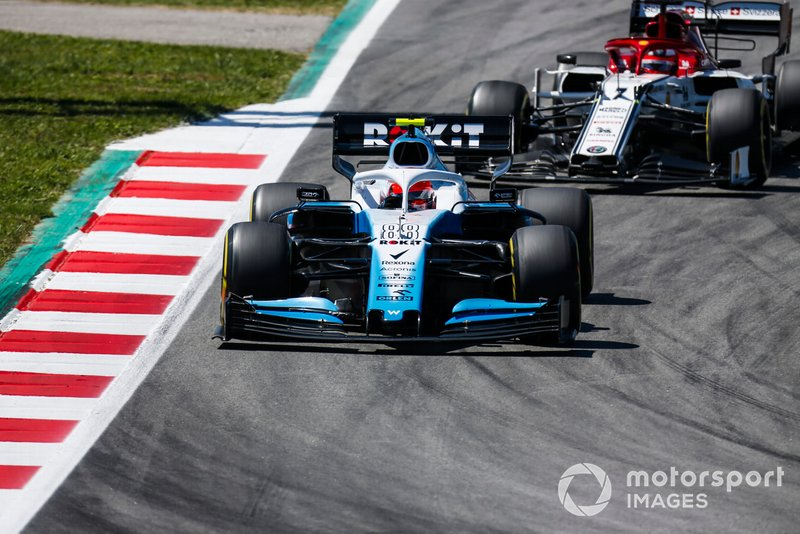 Robert Kubica, Williams FW42, leads Kimi Raikkonen, Alfa Romeo Racing C38