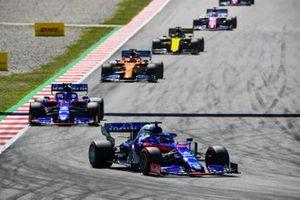 Daniil Kvyat, Toro Rosso STR14, voor Alexander Albon, Toro Rosso STR14, Carlos Sainz Jr., McLaren MCL34, en Daniel Ricciardo, Renault R.S.19