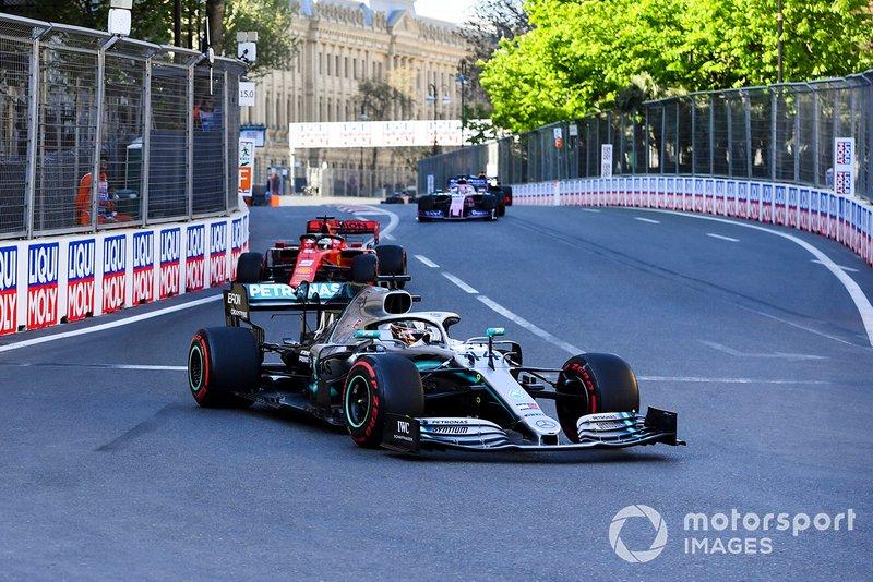 Lewis Hamilton, Mercedes AMG F1 W10, precede Sebastian Vettel, Ferrari SF90