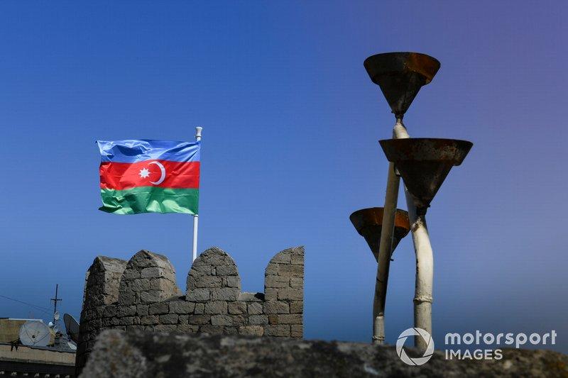 La bandera de Azerbaiyán ondea en las murallas