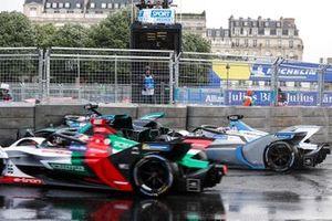 Alex Lynn, Panasonic Jaguar Racing, Jaguar I-Type 3, viene centrato da Edoardo Mortara Venturi Formula E, Venturi VFE05, dopo aver colpito una barriera, mentre Daniel Abt, Audi Sport ABT Schaeffler, Audi e-tron FE05 transita a lato