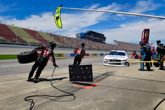 Cole Custer, Stewart-Haas Racing, Ford Mustang Jacob Companies makes a pit stop, Sunoco