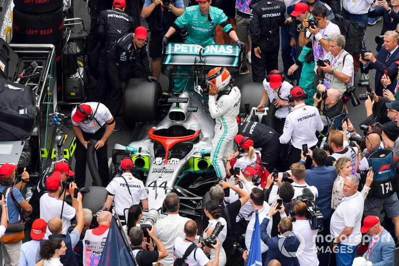 Lewis Hamilton, Mercedes AMG F1 on the grid with a tribute Niki Lauda helmet