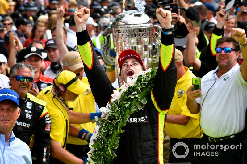 Simon Pagenaud, Team Penske Chevrolet celebrates the win with the Borg-Warner wreath in Victory Lane