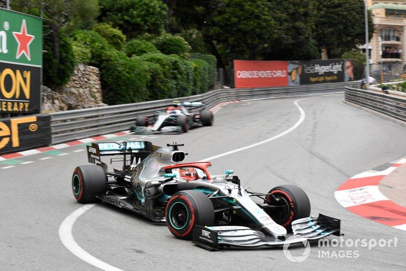 Valtteri Bottas, Mercedes AMG W10, precede Valtteri Bottas, Mercedes AMG W10