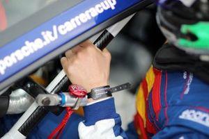 Dettaglio della mano di Diego Bertonelli, Dinamic Motorsport, mentre sale sulla sua Porsche prima delle Qualifiche