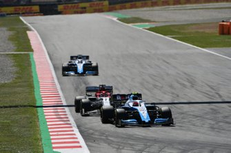 Robert Kubica, Williams FW42, guida Kimi Raikkonen, Alfa Romeo Racing C38, e George Russell, Williams Racing FW42