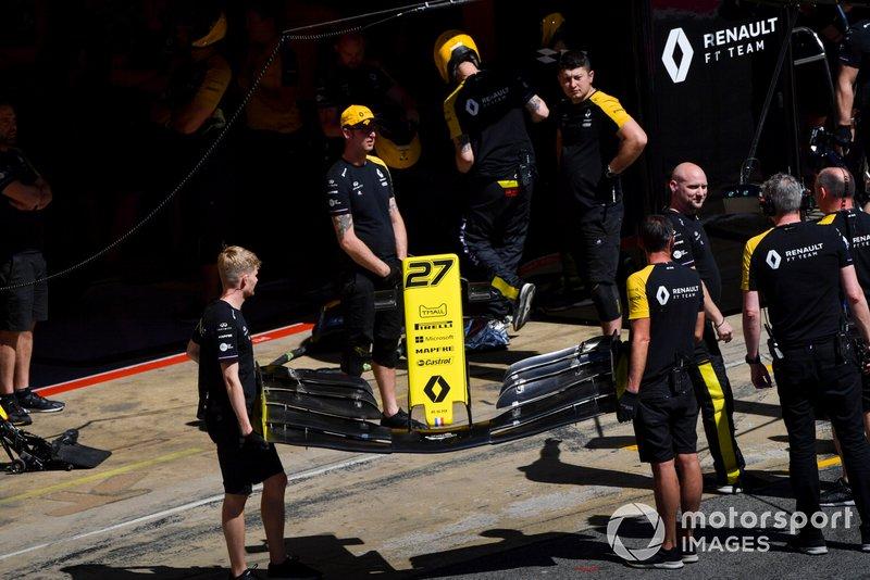 La pit crew Renault con un'ala anteriore per Nico Hulkenberg, Renault R.S. 19