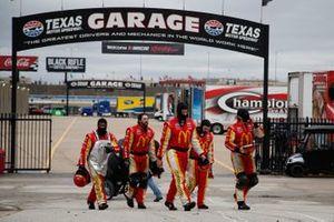 Matt Kenseth, Chip Ganassi Racing, Chevrolet Camaro McDonald's crew