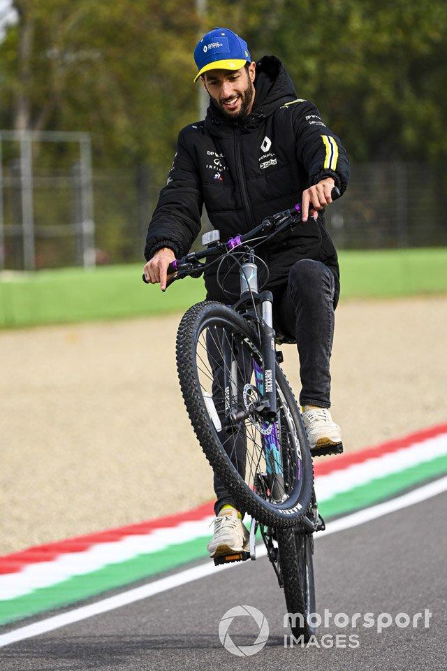 Даниэль Риккардо, Renault F1, поднял велосипед на заднее колесо