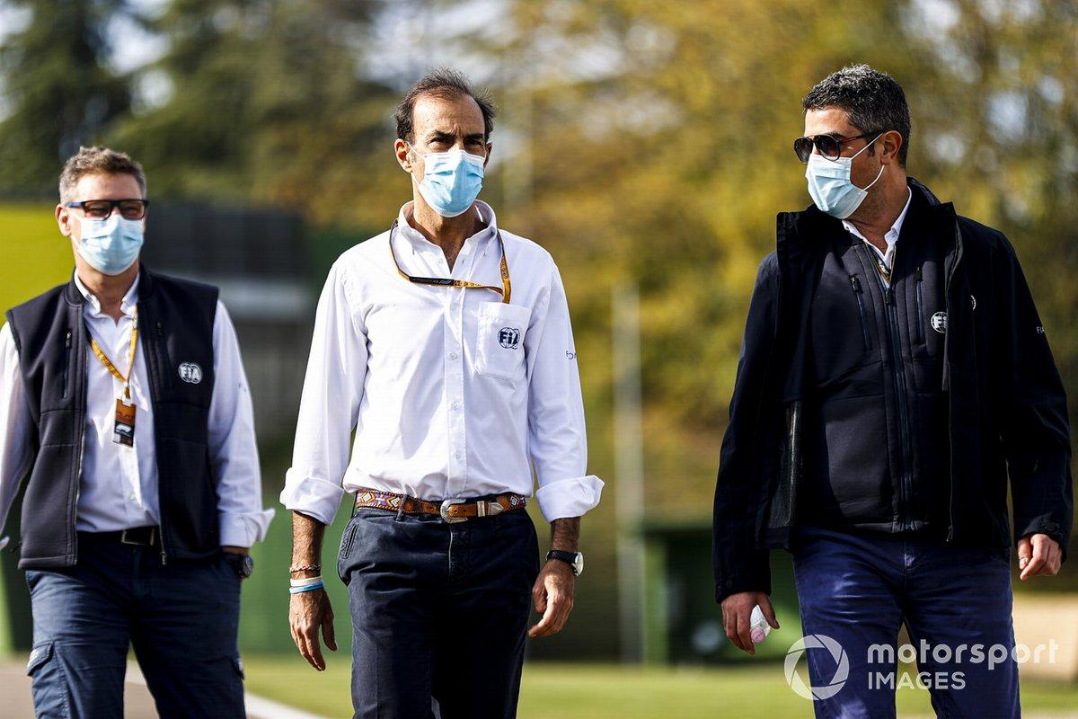 Michael Masi, director de carrera de la FIA, Emanuele Pirro, piloto de la FIA y otros miembros de la FIA recorren el circuito