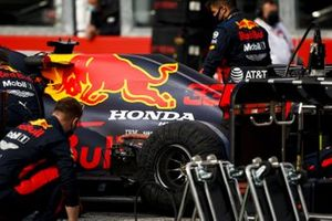 Red Bull mechanics on the grid with the car of Max Verstappen, Red Bull Racing RB16