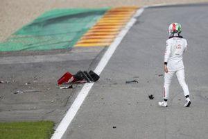 Antonio Giovinazzi, Alfa Romeo, pasa por delante de los escombros de su monoplaza en la pista después de chocar