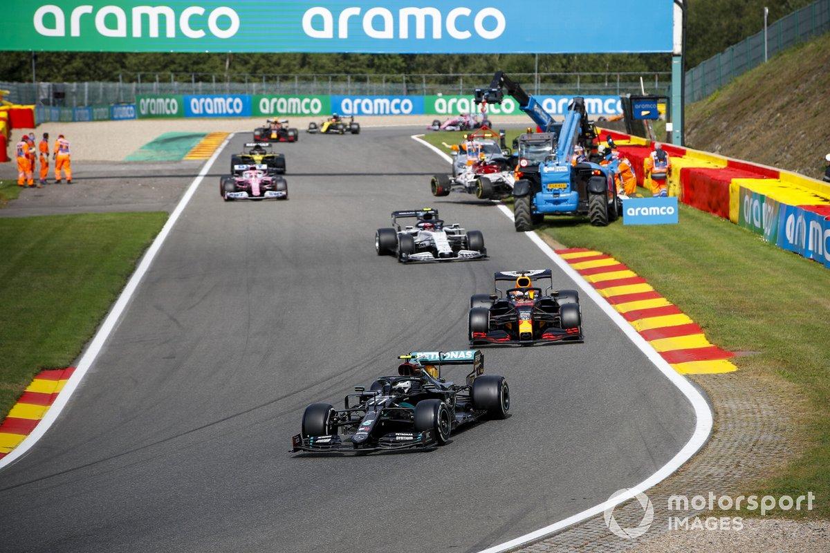 Valtteri Bottas, Mercedes F1 W11, Max Verstappen, Red Bull Racing RB16, Pierre Gasly, AlphaTauri AT01, y el monoplaza de Antonio Giovinazzi, Alfa Romeo Racing C39, es retirado
