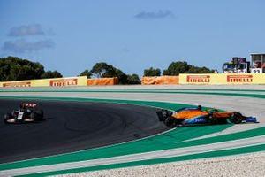 Carlos Sainz Jr., McLaren MCL35, hace un trompo mientras pasa Kevin Magnussen, Haas VF-20