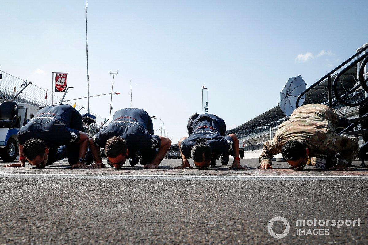 Miembros de las Fuerzas aéreas besan los ladrillos