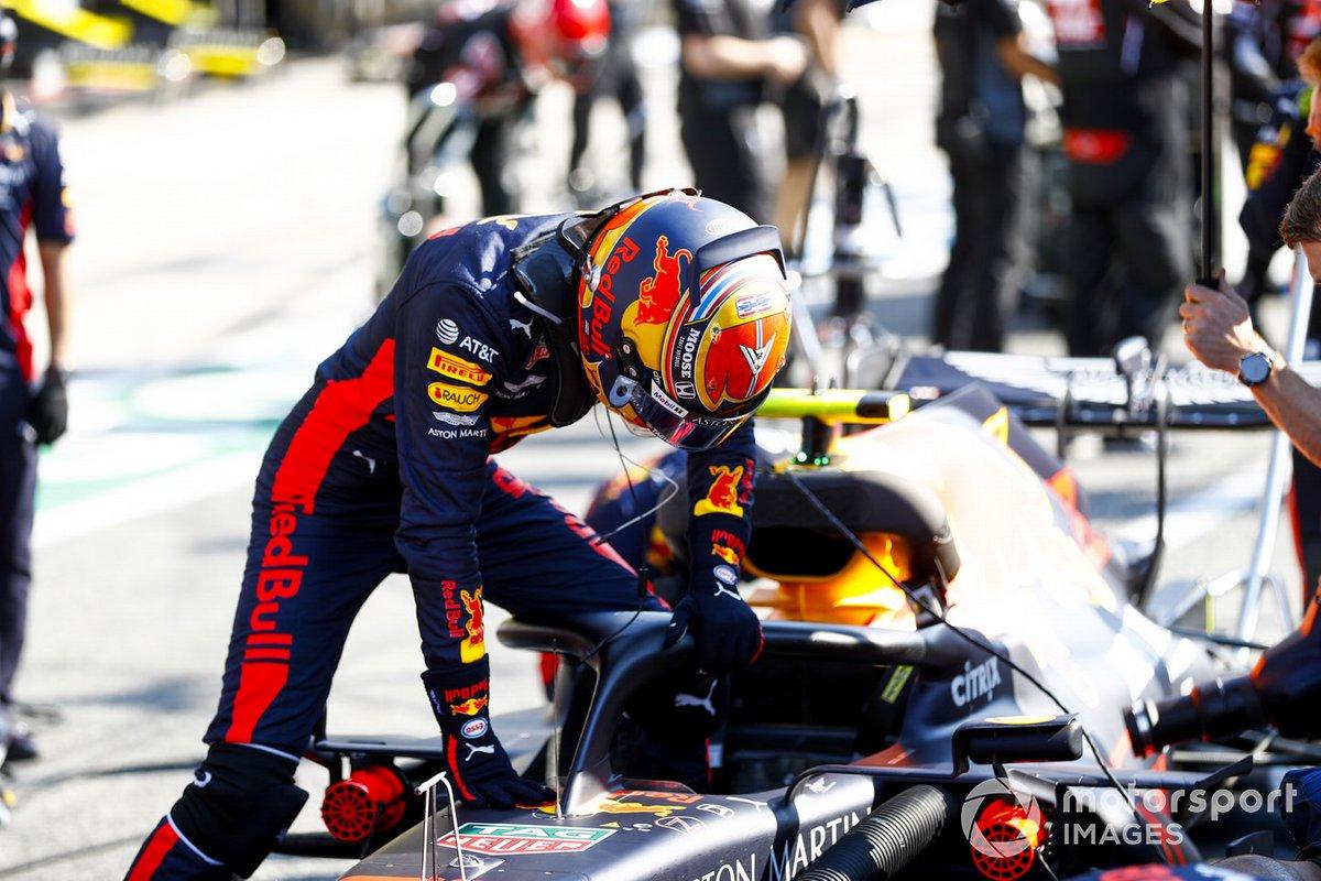 Alex Albon, Red Bull Racing entra en su monoplaza