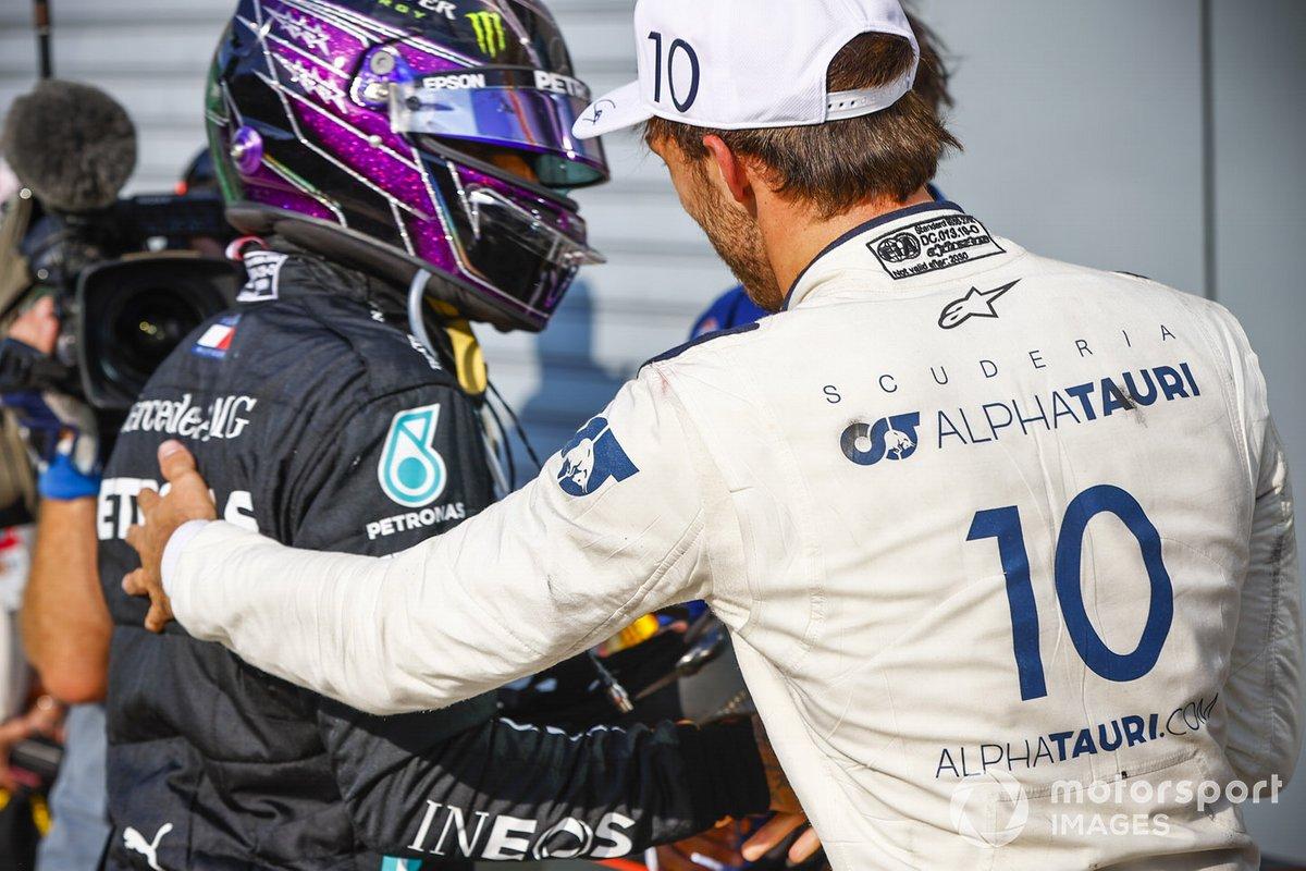 Ganador Pierre Gasly, AlphaTauri, celebra con Lewis Hamilton, Mercedes-AMG F1