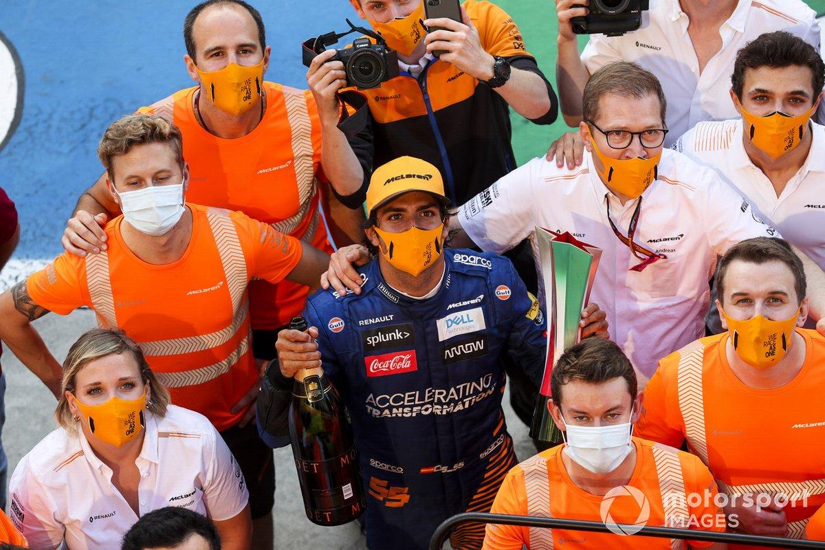 Carlos Sainz Jr., McLaren, 2º puesto, Andreas Seidl, Director del equipo, McLaren, y el equipo McLaren celebran su llegada al podio