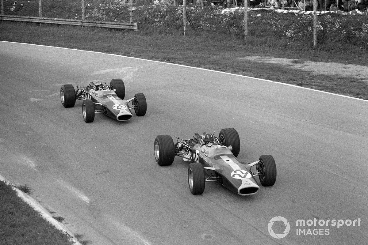 Увидев сход напарника, Брэбэм сбавил темп и отстал от пары Lotus. Хилл теперь лидировал, Кларк же, уступая ему круг, поднялся на седьмое место…