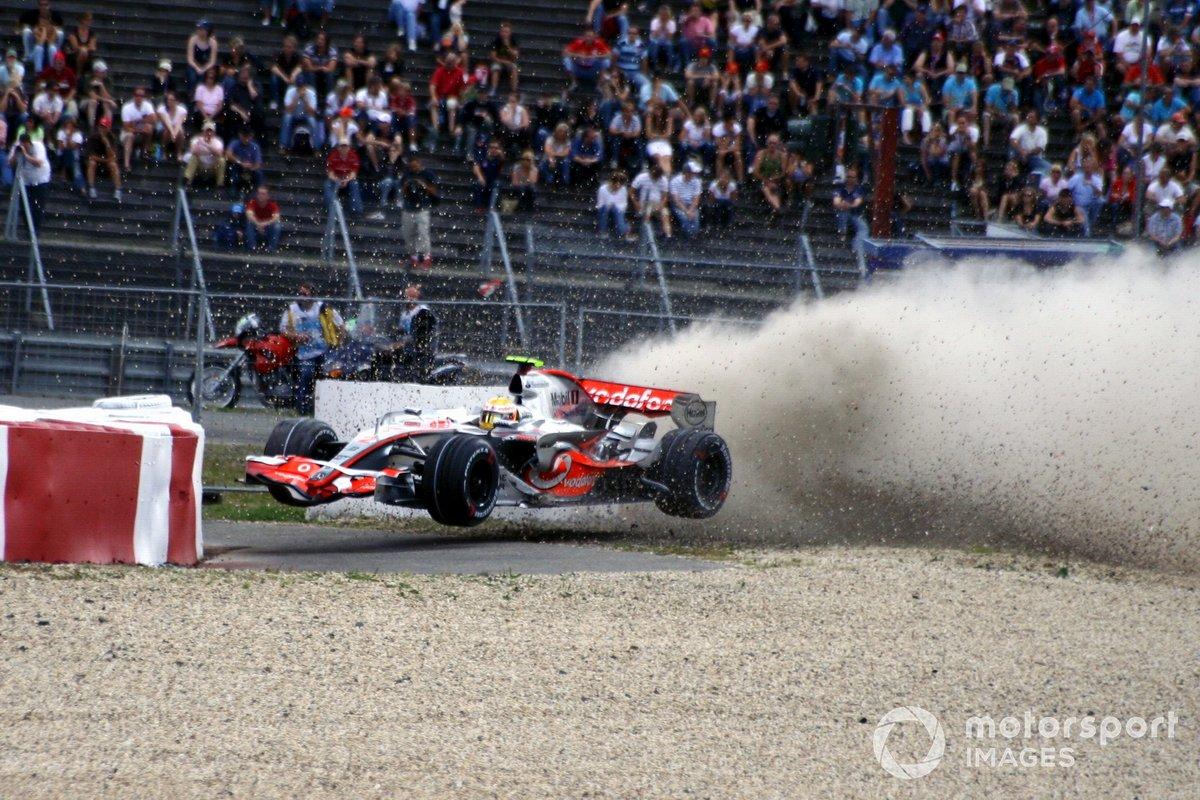 Lewis Hamilton, McLaren Mercedes MP4-22, se choca