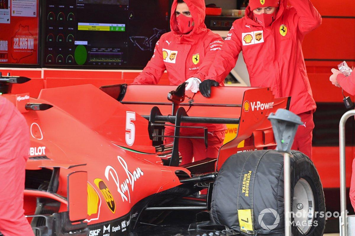 Mecánicos en el Ferrari SF1000 de Sebastian Vettel