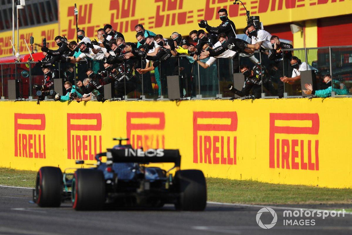 Segundo lugar Valtteri Bottas, Mercedes F1 W11, cruza la meta