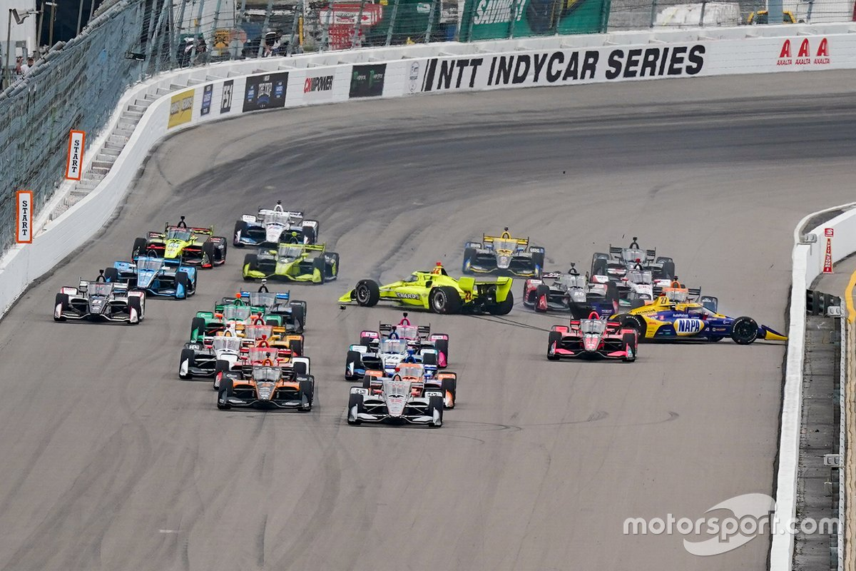 Choque de Alexander Rossi, Andretti Autosport Honda, Simon Pagenaud, Team Penske Chevrolet, Marco Andretti, Andretti Herta with Marco & Curb-Agajanian Honda al inicio