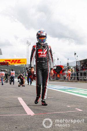 Romain Grosjean, Haas F1, cammina lungo la corsia dei box