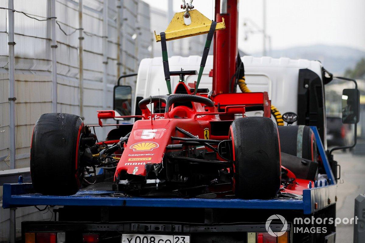 El monoplaza de Sebastian Vettel, el Ferrari SF1000 regresa después de estrellarse en la clasificación