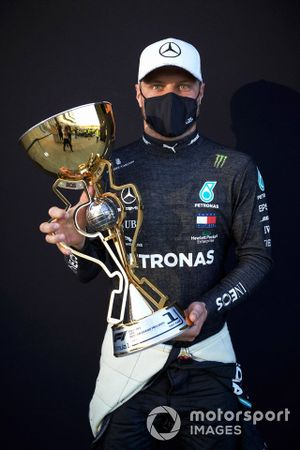Race Winner Valtteri Bottas, Mercedes-AMG F1 with the trophy