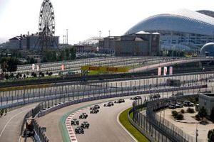 Lewis Hamilton, Mercedes F1 W11, Valtteri Bottas, Mercedes F1 W11, Max Verstappen, Red Bull Racing RB16, en de rest
