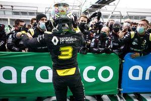 Daniel Ricciardo, Renault F1, 3ª posición, celebra con su equipo en Parc Ferme