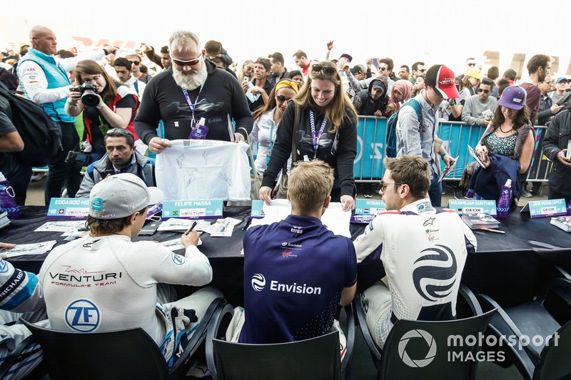 Felipe Massa, Venturi Formula E, Sam Bird, Envision Virgin Racing, Robin Frijns, Envision Virgin Racing, firma autógrafos para los aficionados.