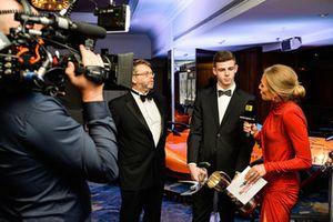 Обладатель премии McLaren Autosport BRDC Award Том Гэмбл и Джулия Пике