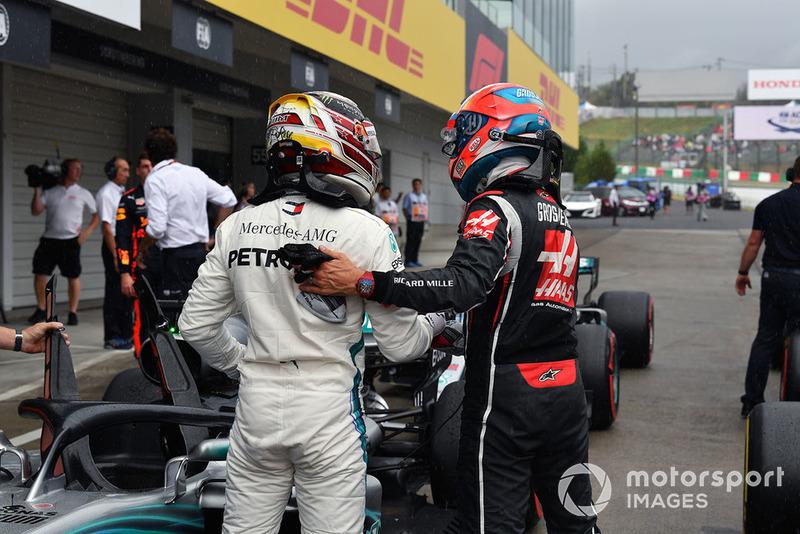 Lewis Hamilton, Mercedes AMG F1 e Romain Grosjean, Haas F1 Team, nel parco chiuso