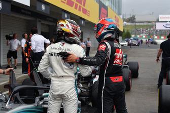 Lewis Hamilton, Mercedes AMG F1 and Romain Grosjean, Haas F1 Team in parc ferme