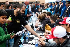 Les fans font la file lors de la séance d'autographes