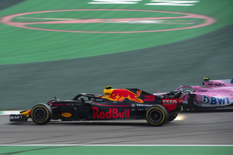 Max Verstappen, Red Bull Racing RB14 en Esteban Ocon, Racing Point Force India VJM11