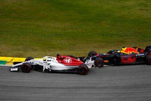 Daniel Ricciardo, Red Bull Racing RB14, makes contact with Marcus Ericsson, Sauber C37.