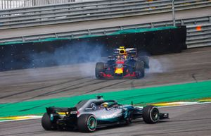 Lewis Hamilton, Mercedes AMG F1 W09, passeert de gespinde Max Verstappen, Red Bull Racing RB14 Tag Heuer, na diens touche met Esteban Ocon, Force India VJM11 Mercedes.