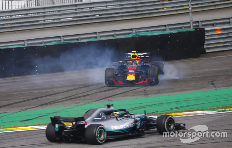 Lewis Hamilton, Mercedes AMG F1 W09, menyalip Max Verstappen, Red Bull Racing RB14, yang melintir setelah tertabrak Esteban Ocon, Racing Point Force India VJM11