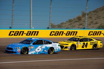 Matt Kenseth, Roush Fenway Racing, Ford Fusion Wyndham Rewards and William Byron, Hendrick Motorsports, Chevrolet Camaro Hertz
