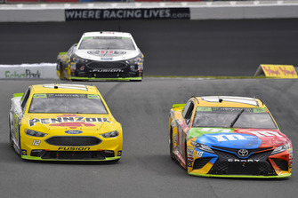 Kyle Busch, Joe Gibbs Racing, Toyota Camry M&M's, Ryan Blaney, Team Penske, Ford Fusion Menards/Pennzoil