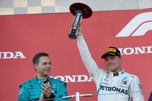 Valtteri Bottas, Mercedes AMG F1, con il suo trofeo